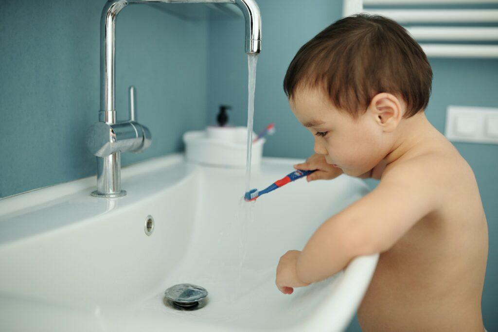 ¿Cuándo debo llevar a mi hijo a su primera revisión dental?